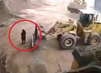Mujer es atrapada por excavadora y colocada en trituradora