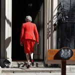 Theresa May firma su carta de dimision